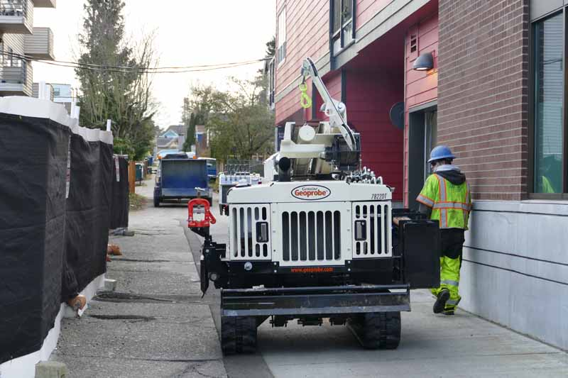 Working in the city provides a different set of restrictions for drill rigs. The compact footprint of the 7822DT helps it maneuver within the confines of alleyways and between buildings.